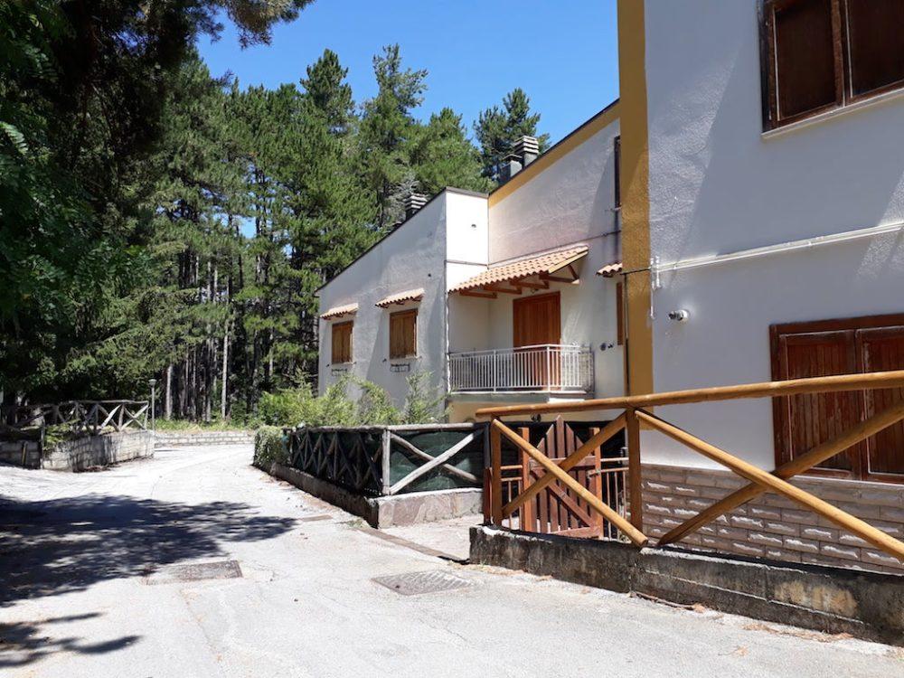 Case in vendita a Campo di Giove in Via Pinete del Pizzalto, appartamento completamente ristrutturato con ampio terrazzo, posto auto e cantina. Esterno.
