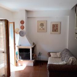 """Soggiorno con camino appartamento al primo piano Parco """"Carmen"""" in Via Ovidio a Campo di Giove"""
