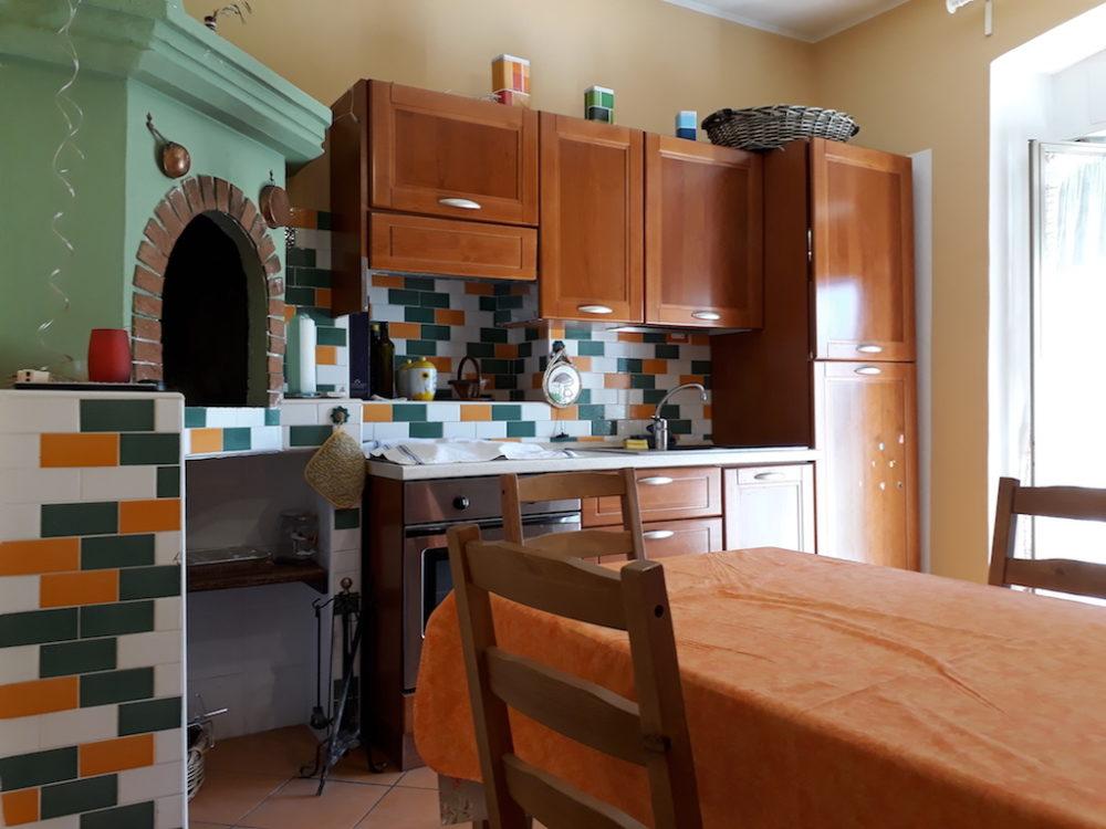 La cucina con il forno a legna dell'appartamento in affitto a Campo di Giove